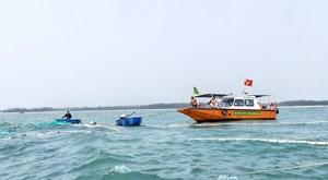 Quảng Nam: Nỗ lực trục vớt tàu cá bị chìm trên biển