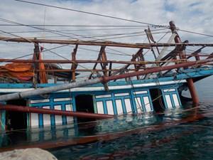 Quảng Nam: Tàu cá đang neo đậu bất ngờ bị nước nhấn chìm