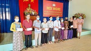 Nghệ sĩ Hoài Linh trao 2,5 tỷ đồng cho người dân vùng lũ Quảng Ngãi