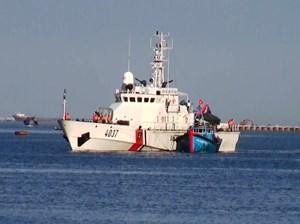 Quảng Ngãi: Cứu hộ sà lan và 12 ngư dân trôi dạt trên biển