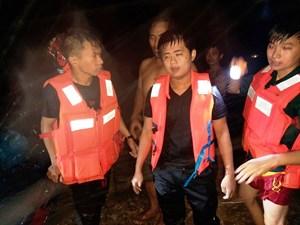 Quảng Ngãi: Cứu sống 2 thanh niên bị nước lũ cuốn trôi