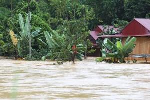 Quảng Nam: Vượt sông cứu 6 người mắc kẹt trong lũ dữ