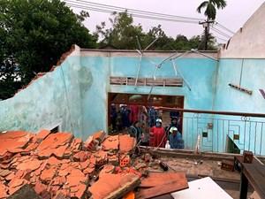 Quảng Ngãi, Quảng Nam: Lốc xoáy làm hư hại nhiều nhà dân