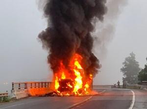 Quảng Ngãi: Một xe conatiner đột ngột bốc cháy khi đang lưu thông