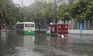 [ẢNH]Mưa lớn, nhiều tuyến đường ở TP Tam Kỳ chìm trong biển nước