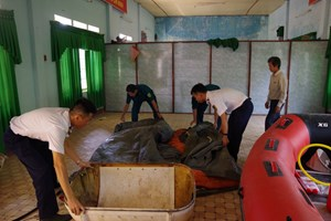 Cảnh sát biển tặng phao cứu sinh cho người dân vùng lũ