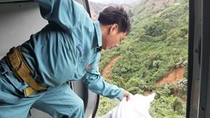 [ẢNH] Trực thăng tiếp tế cho 3.000 người bị cô lập ở Phước Sơn