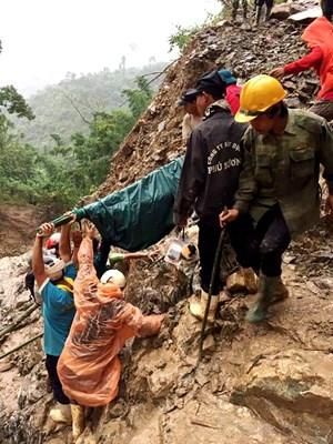 Quảng Nam: Vượt 20 km đồi núi sạt lở đưa thai phụ đi cấp cứu