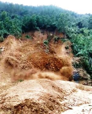 [VIDEO]: Xã Trà Tân (Quảng Nam) tiếp tục có sạt lở đất