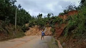 Nam Trà My (Quảng Nam): Sạt lở núi gây chia cắt quốc lộ 40B