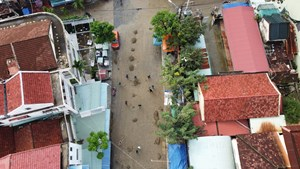 Dân Hội An lại tất bật dọn dẹp bùn đất sau lũ