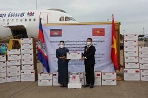 Chính phủ Vương Quốc Campuchia tặng thiết bị vật tư y tế cho TP HCM