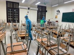 Nhiều trường ở Hà Nội cho nghỉ học khẩn cấp, phun khử khuẩn xuyên đêm