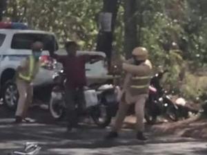 Xôn xao clip người đàn ông vác dao tấn công CSGT ở Đắk Lắk