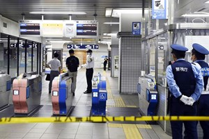 Đã bắt được nghi phạm đâm dao trên tàu điện ngầm ở Nhật Bản