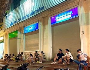 Hà Nội: Phố vẫn nhộn nhịp về đêm như chưa hề có dịch