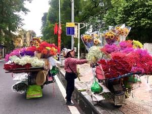 Những 'bóng hồng' mưu sinh cùng gánh hoa tươi trong ngày 20-10