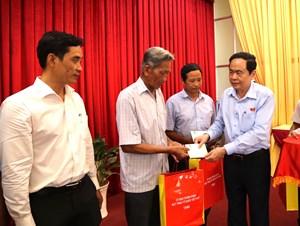 Chủ tịch Trần Thanh Mẫn thăm, tặng quà các gia đình chính sách