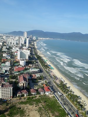 Đà Nẵng: Người dân và du khách được tắm biển trở lại