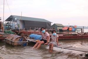 Trẻ em ở 'xóm phao' ven sông Hồng: Mong mỏi ngày quay trở lại trường