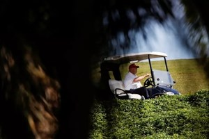 Từ bỏ tài khoản mạng xã hội 'triệu view', ông Trump vui vẻ tận hưởng nắng Florida