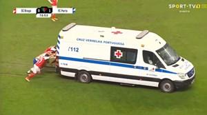 [VIDEO] Cầu thủ hợp sức đẩy xe cứu thương ra khỏi sân