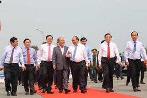 Thủ tướng Nguyễn Xuân Phúc cắt băng khánh thành cầu Cửa Hội