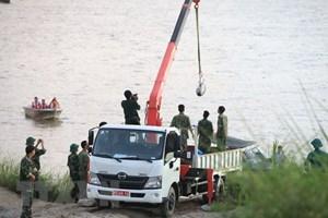Trục vớt thành công quả bom nằm dưới sông Hồng, sát cầu Long Biên
