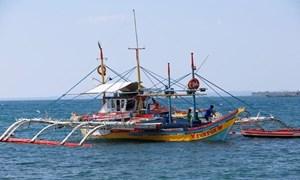 Tàu cá Philippines chìm sau va chạm, 12 người mất tích