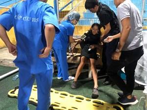 Nữ cổ động viên bị ngất trên sân Hàng Đẫy