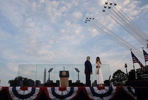 [ẢNH] Mỹ mừng Quốc khánh giữa dịch Covid-19 với chiến cơ và pháo hoa