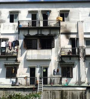 Khu nhà trọ 3 tầng bất ngờ bốc cháy, 6 người mắc kẹt bên trong