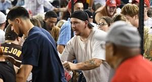 Mỹ: Nổ súng bên ngoài sân vận động, sơ tán khẩn cổ động viên