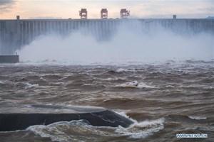 [ẢNH] Cận cảnh đập Tam Hiệp xả lũ khi mực nước cao kỷ lục