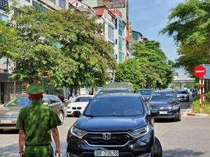 [ẢNH] Cận cảnh đoàn xe xếp hàng qua chốt kiểm soát dịch vào trung tâm Hà Nội
