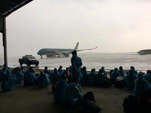 [ẢNH] Đón công dân Việt Nam ở sân bay Bata của Guinea Xích đạo