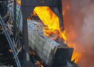 [VIDEO] Mỹ: Tàu chở hàng trật đường ray, bốc cháy khiến cầu sập