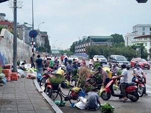 Rào chắn cổng vào chợ Long Biên, người dân lấn chiếm lòng đường bán hàng