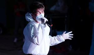 Sao Việt trong ngày: Mr Đàm mặc đồ bảo hộ, hát trong bệnh viện dã chiến