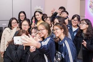 'Sao' Việt trong ngày: Hoa hậu Đỗ Thị Hà gặp lại bạn học sau đăng quang