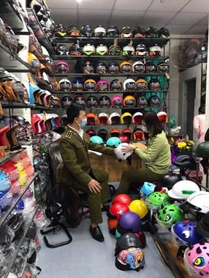 Nhiều mũ bảo hiểm giả mạo nhãn hiệu tại Đà Nẵng bị thu giữ