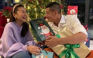'Sao' Việt trong ngày: Thanh Hằng cười tít mắt khi được Bình Minh tặng quà Giáng sinh
