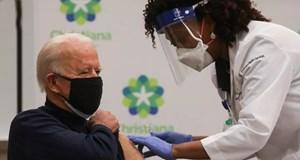 Ông Biden công khai tiêm vaccine Covid-19 và khen ông Trump