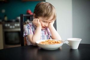 Bắt trẻ ăn hết thức ăn trong bát: Nguyên tắc gây nhiều tác hại lâu dài