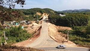 Lâm Đồng: Xác định được nhóm người nhận 'mãi lộ' cho xe qua cầu đang thi công