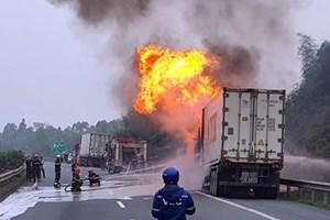 Xe container bốc cháy dữ dội trên cao tốc Nội Bài-Lào Cai