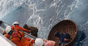 Thời tiết xấu, tàu cá chìm giữa biển cầu cứu khẩn