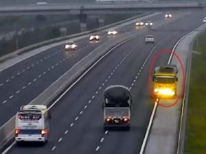 Tài xế đi ngược chiều trên cao tốc bị tước giấy phép lái xe