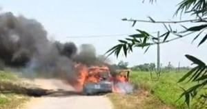 Xe ô tô lưu thông trên đường có nhiều rơm rạ bất ngờ bốc cháy dữ dội