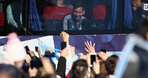 Người hâm mộ đổ xuống đường chào đón người hùng Argentina trở về